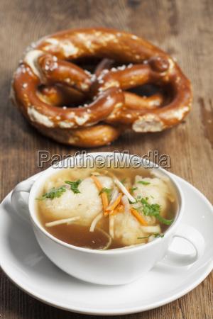 bayerischen griessknoedel in der suppe