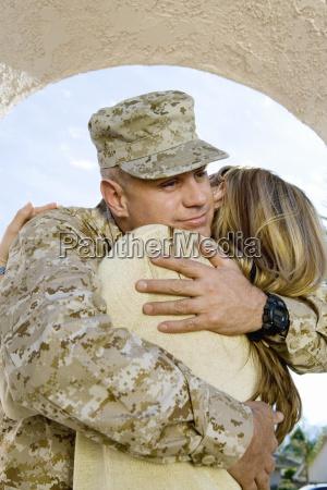soldat umarmung eine frau