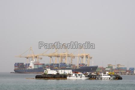 khor fakkan uae large cargo ships