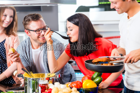 freunde kochen pasta und fleisch in