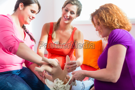 midwife explaining birth process to pregnant