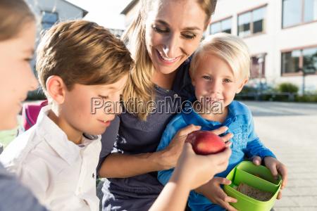 mum, and, children, having, veggie, lunch - 21505463
