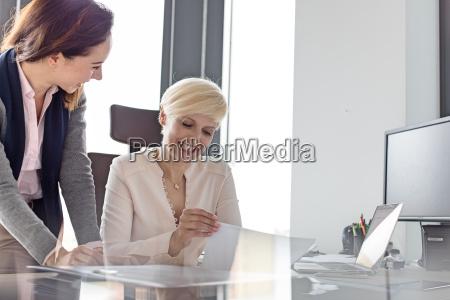 laechelnde geschaeftsfrau und weibliche managerin mit