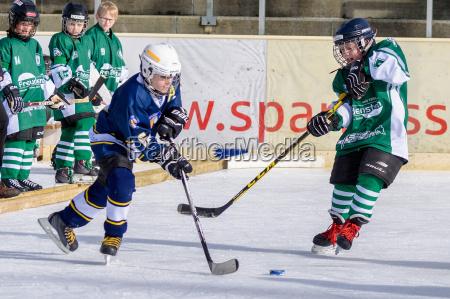 german kids playing ice hockey