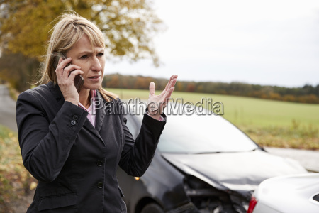 woman calling to report car accident