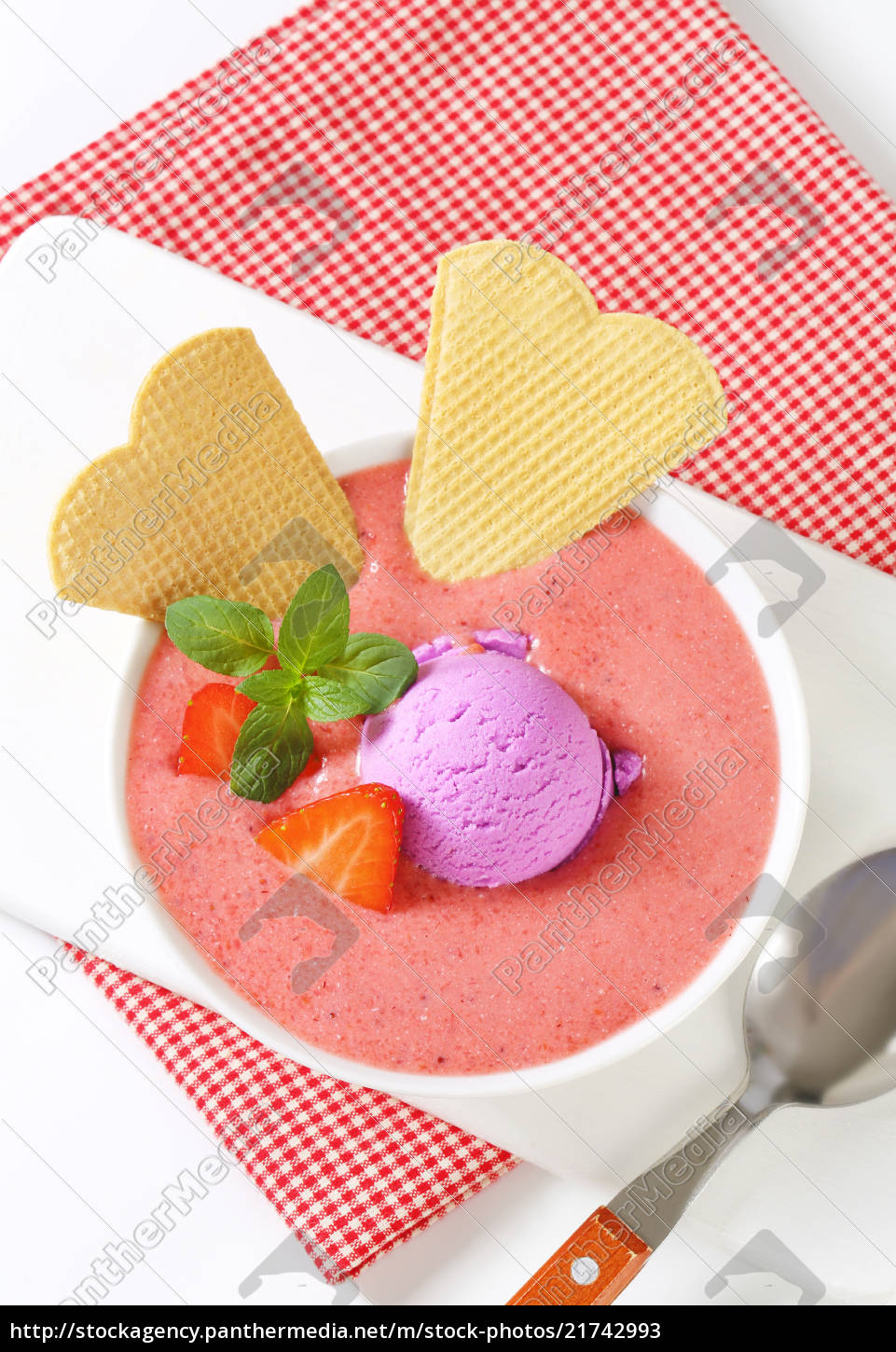strawberry, soup, with, ice, cream - 21742993