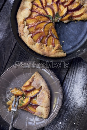 a crostata with sliced peaches