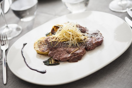 beef entrecote with vegetables and shredded
