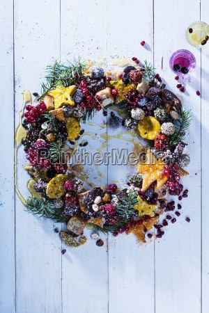 a christmas wreath with biscuits and