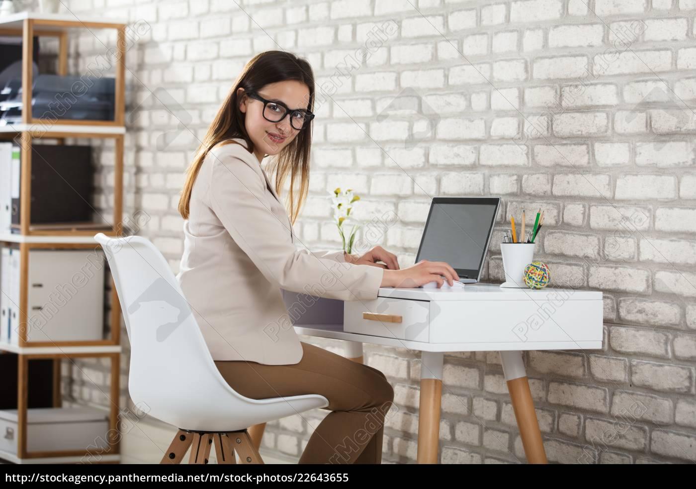 businesswoman, using, laptop - 22643655