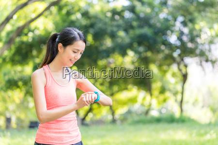 sport, woman, use, of, smart, watch - 22648361