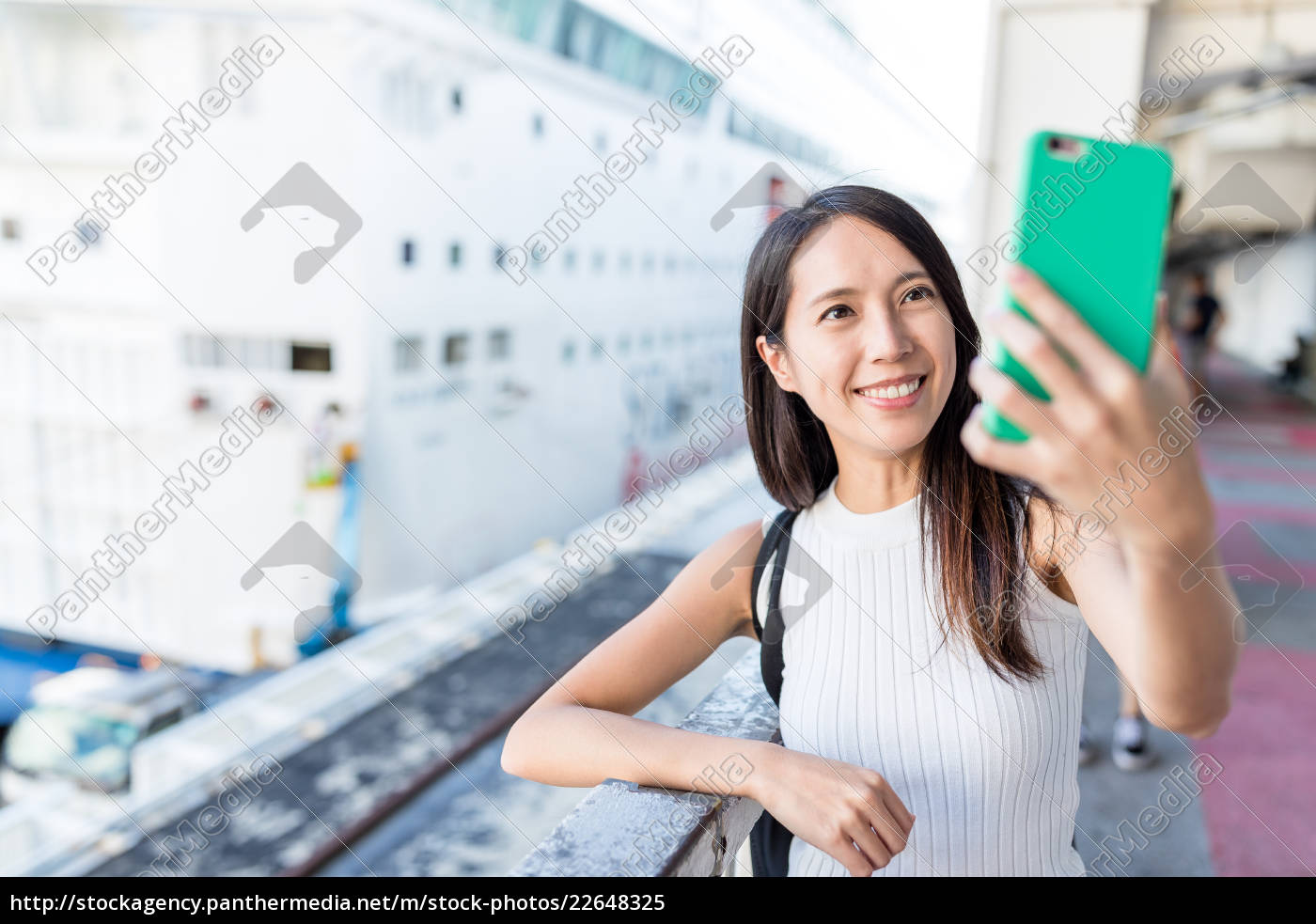 woman, taking, selife, by, mobile, phone - 22648325
