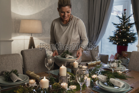 setting, the, table, for, christmas, dinner - 22658479