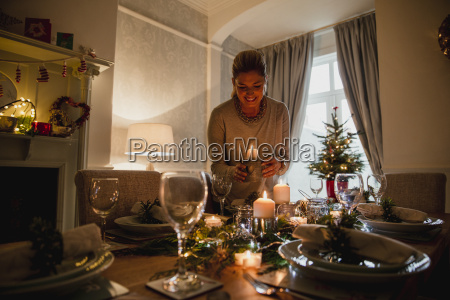 setting, the, table, for, christmas, dinner - 22658483