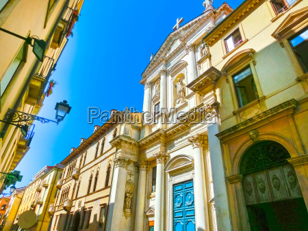 the view of famous basilica at