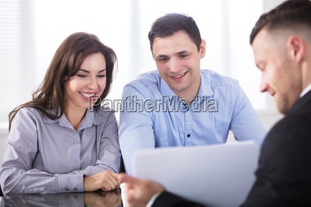 couple, having, discussion, with, advisor, in - 22695889