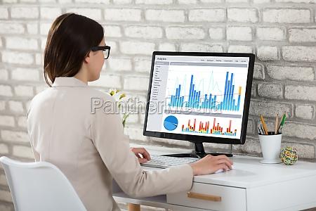 businesswoman, analyzing, graph, on, computer - 22696927