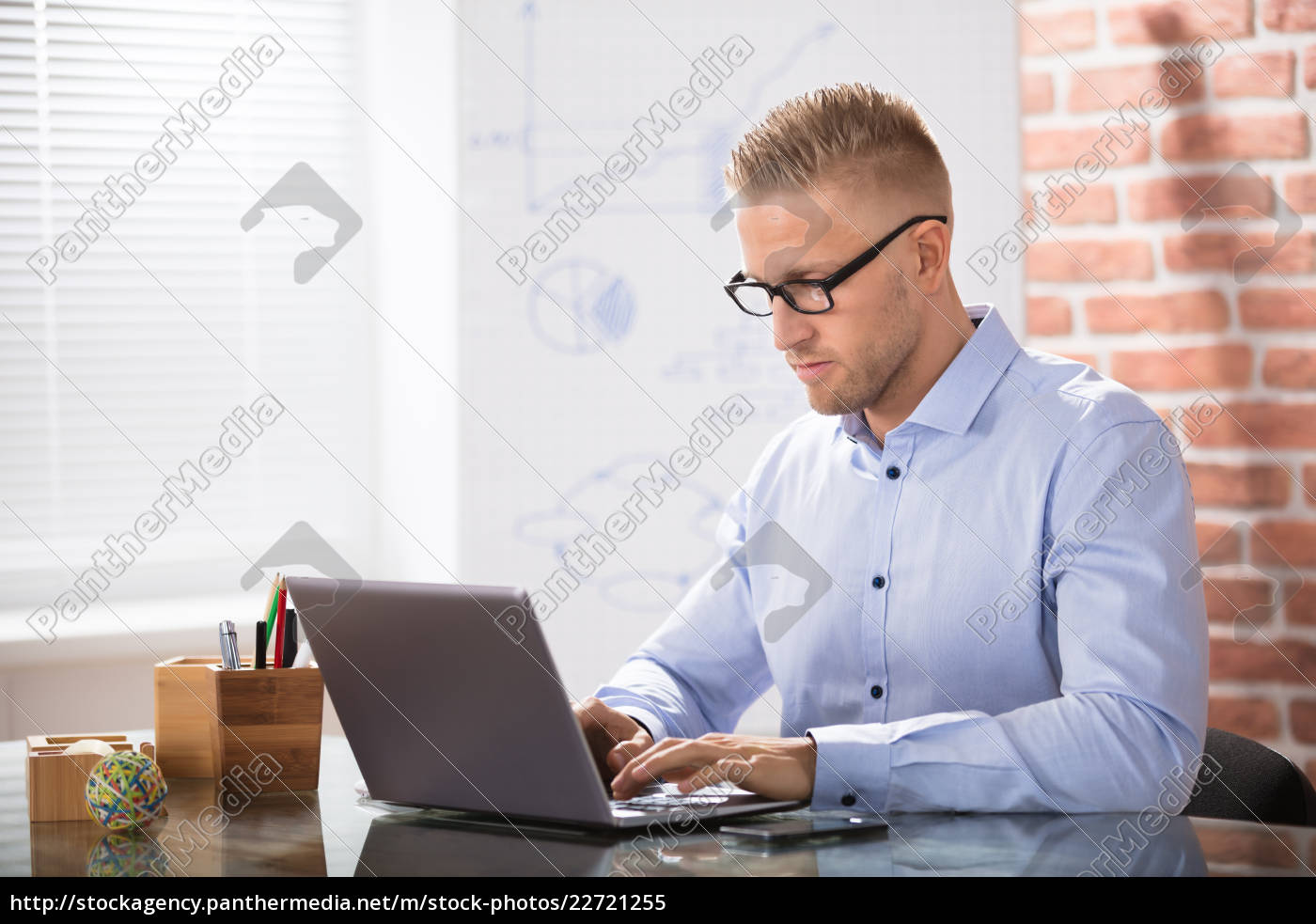businessman, using, laptop - 22721255