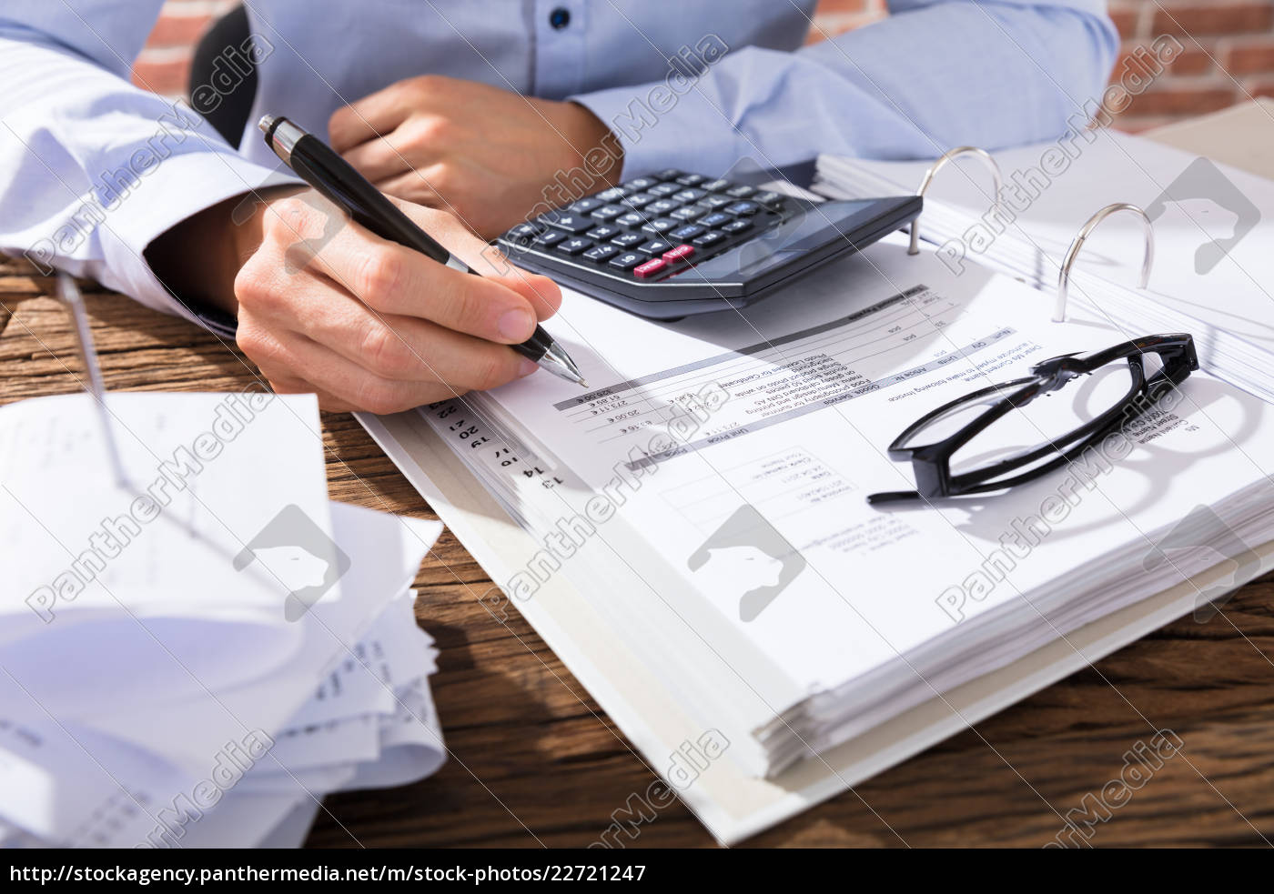 businessperson, calculating, invoice - 22721247