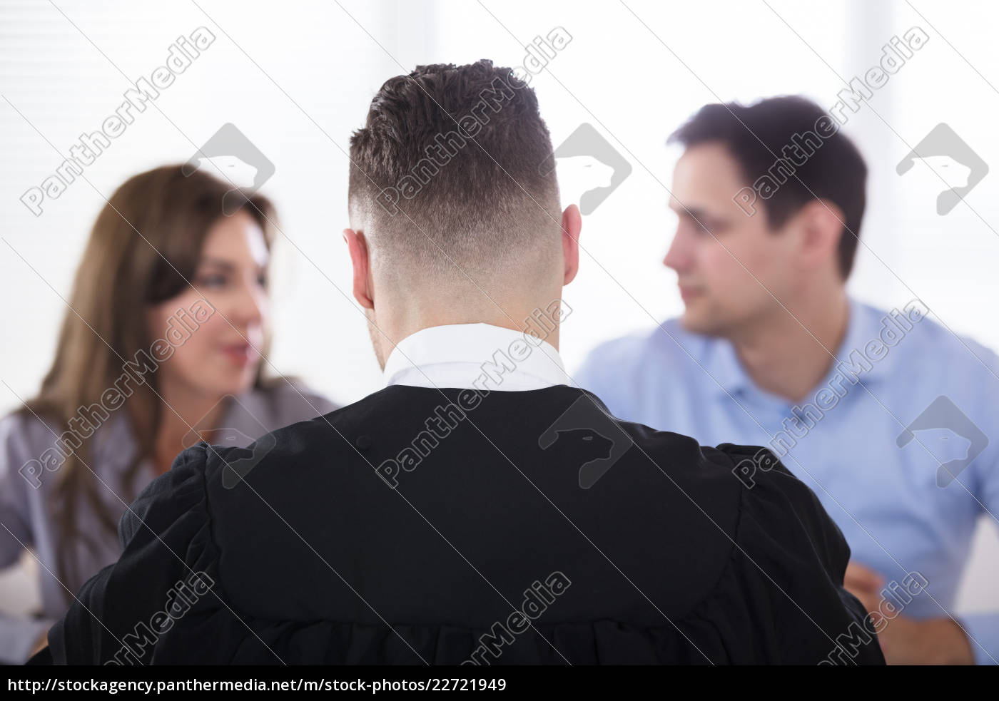 couple, quarreling, in, front, of, judge - 22721949
