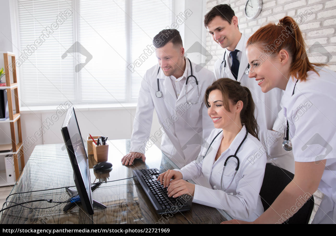 group, of, doctors, looking, at, computer - 22721969