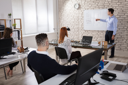 manger, giving, presentation, to, colleagues - 22721327