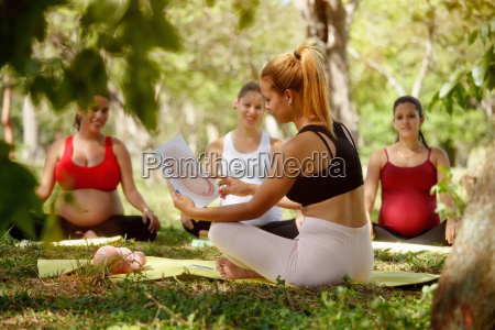 prenatal, class, with, teacher, and, pregnant - 22733581