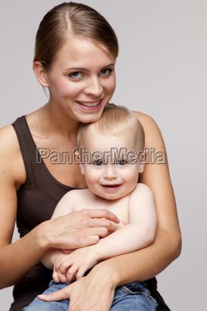 retrato de jovem mulher feliz sentado
