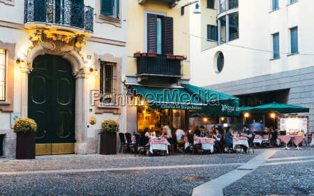 restaurants in the fashionable district of