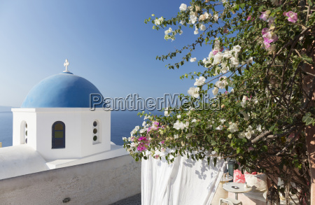 igreja branca com cupula azul e