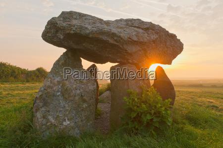 carreg samson dolmen al amanecerabercastlepembrokeshiregalesreino unidoeuropa