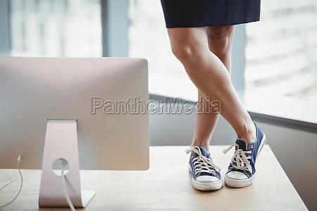 donna ufficio scrivania avoro tempo libero