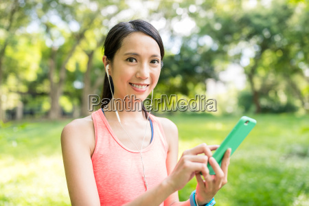 woman listen to music woth cellphone