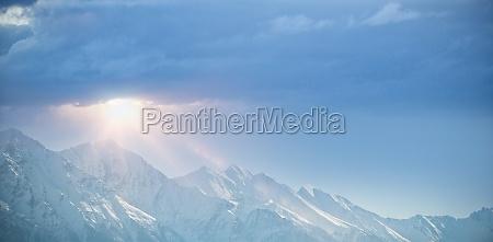 snowy gebirgszug gegen klaren blauen himmel