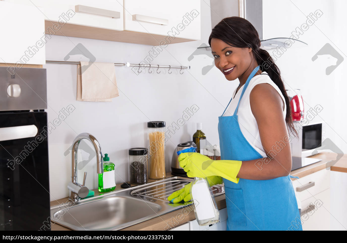 Woman Cleaning Kitchen Sink With Spray Bottle Stock Photo 23375201 Panthermedia Stock Agency