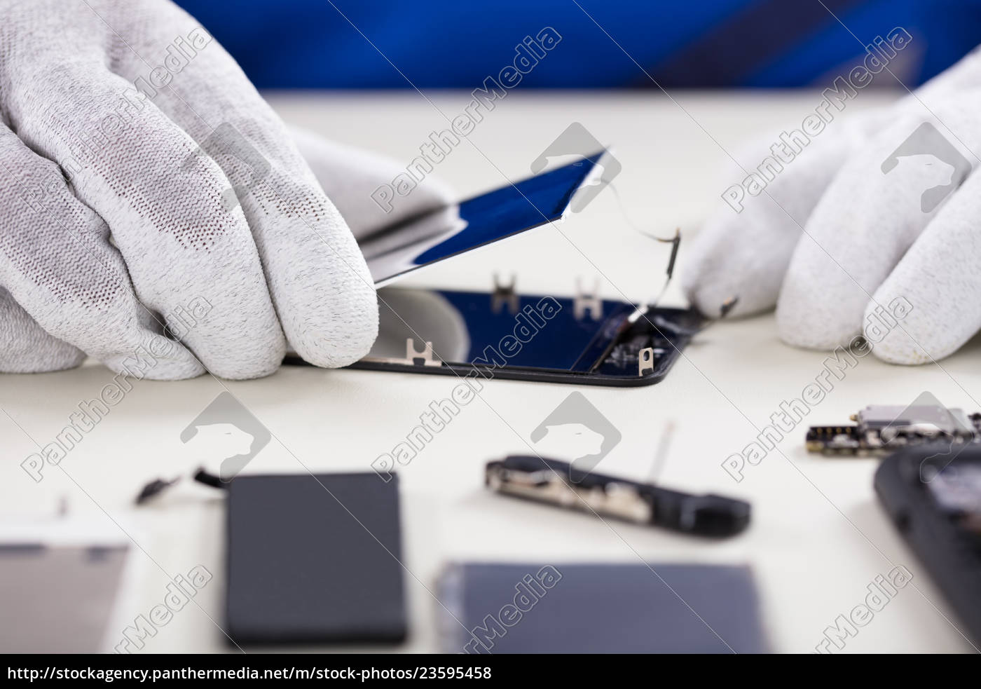 person, fixing, damaged, screen, of, mobile - 23595458