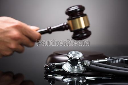 judge's, hand, striking, gavel - 23597110