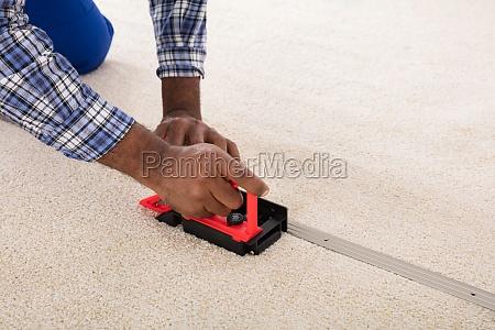 craftsman, installing, carpet, on, floor - 23600800