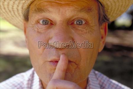 portrait nahaufnahme grauhaariger senior ca 60