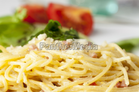 close up of spaghetti carbonara on