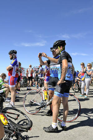 numerous cyclists who climbed mount ventoux