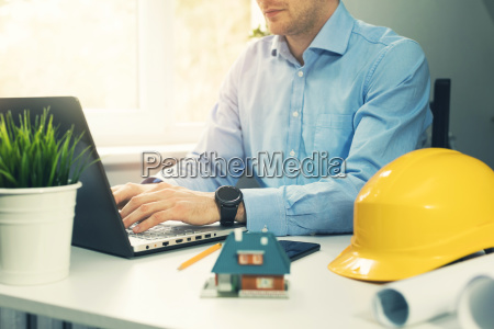 architect, construction, engineer, working, with, laptop - 24418962
