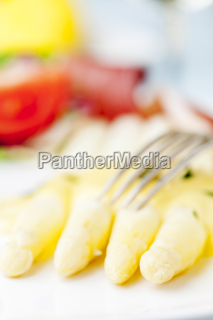 white asparagus with ham on a