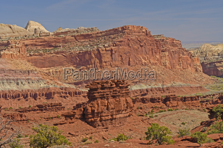 dramatic ridges in the canyonlands