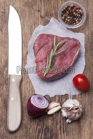supervision raw steak on wood