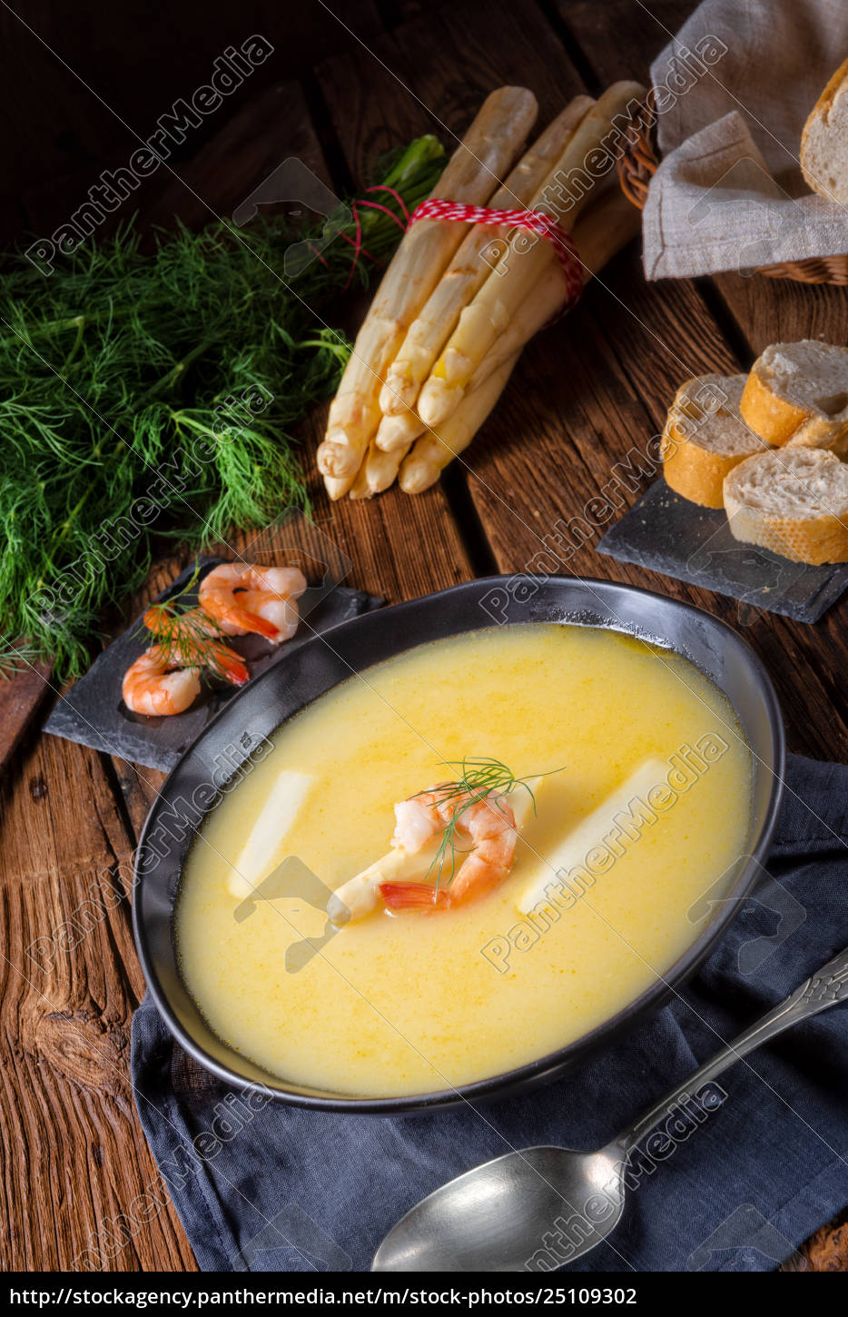 delicious, asparagus, cream, soup, with, prawns - 25109302