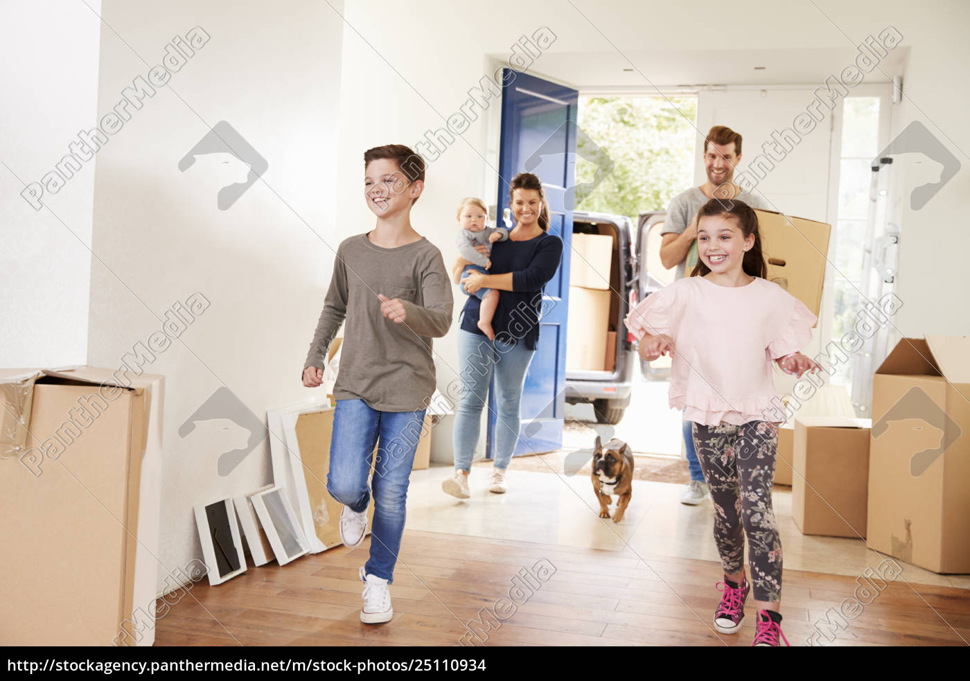 family, carrying, boxes, into, new, home - 25110934