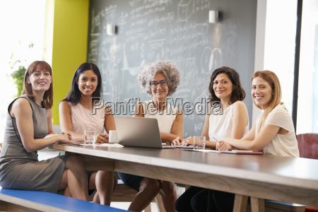 weibliche arbeitskollegen an der informellen sitzung
