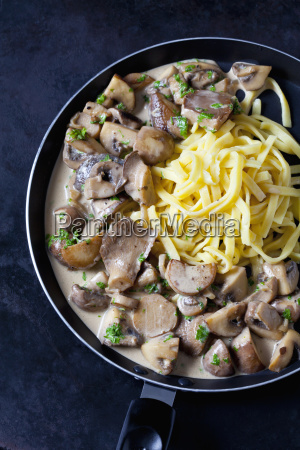 champignons and king trumpet mushrooms in
