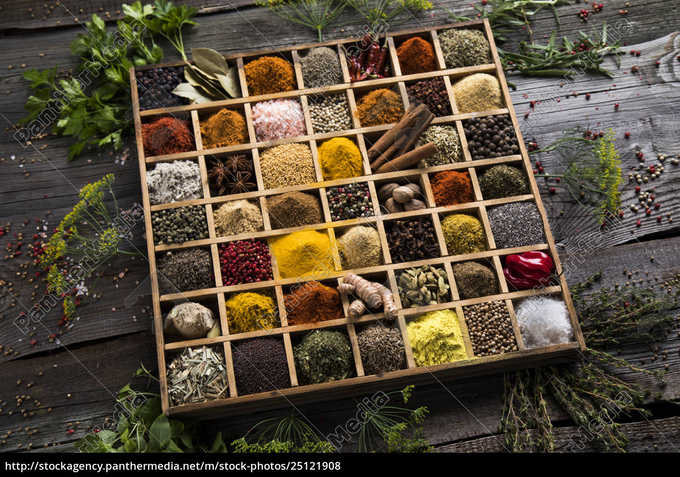 assorted, spices, in, a, wooden, box - 25121908